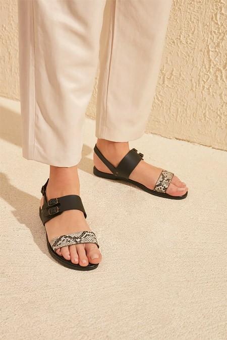 Trendyolmilla Siyah Yılan Detaylı Kadın Sandalet