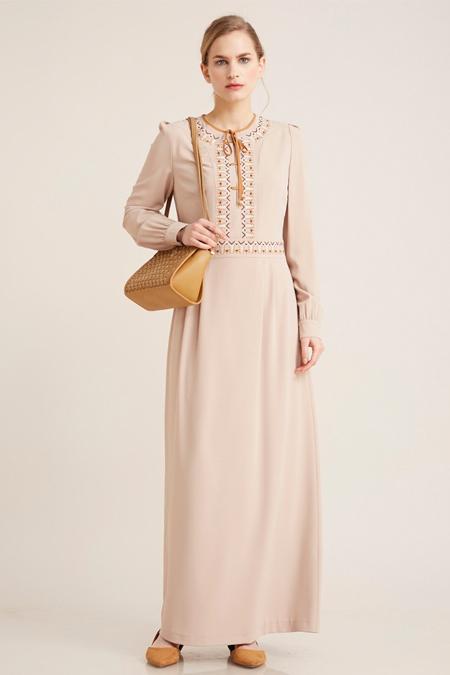 Kayra Bej Önü Bağcık Detaylı Elbise