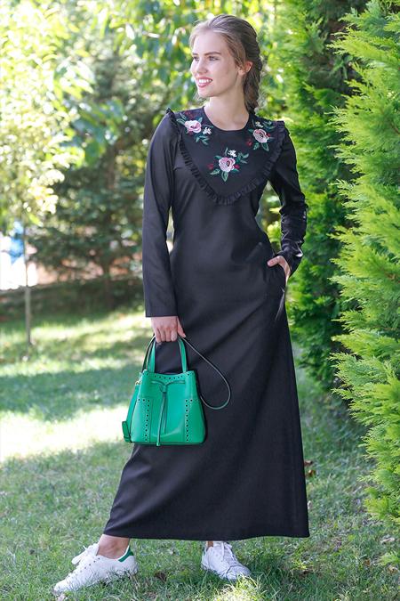 Kübra Biriktir Siyah Efser Nakışlı Elbise