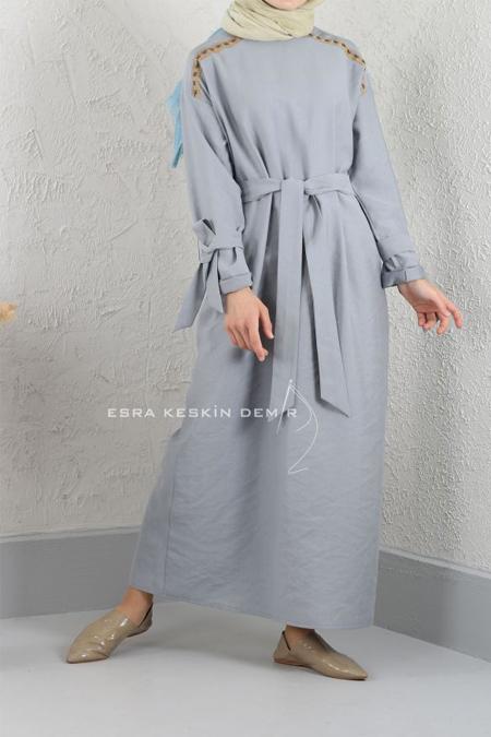 Esra Keskin Demir Açık Gri Şerit Detaylı Elbise
