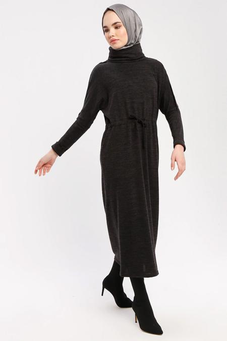 Marwella Siyah Düğme Detaylı Boğazlı Elbise