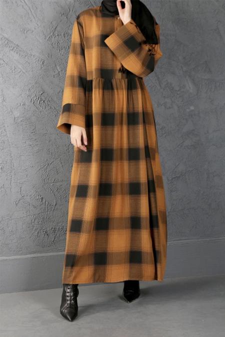 Esra Keskin Demir Hardal Büzgü Detaylı Kareli Elbise