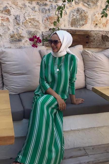 Kübra Karakaş Yeşil Boydan Çizgili Uzun Elbise