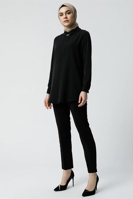 Refka Siyah Yakası Aksesuar Detaylı Bluz