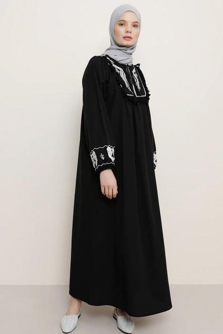 Benin Siyah Nakış Detaylı Püsküllü Elbise