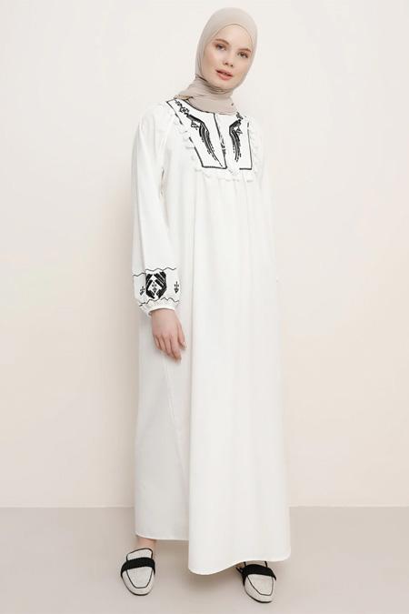 Benin Nakış Detaylı Püsküllü Beyaz Elbise