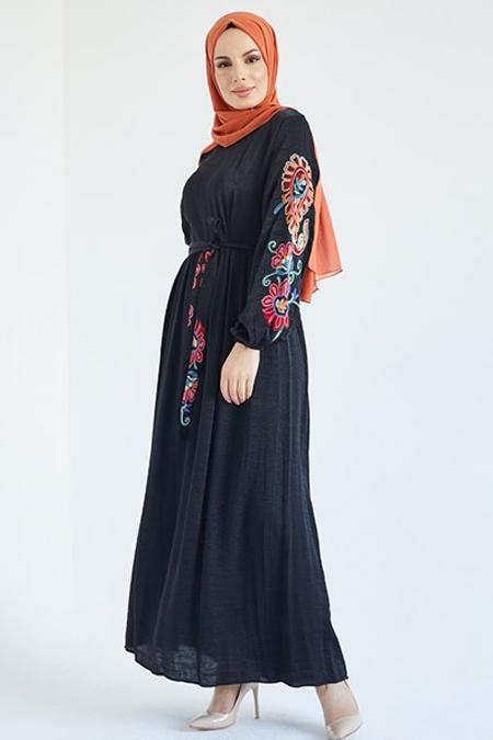 Suem Siyah Kolu Kemeri Nakışlı Elbise
