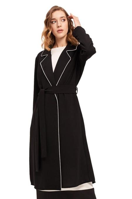 Mizalle Siyah Biye Detaylı Uzun Krep Ceket