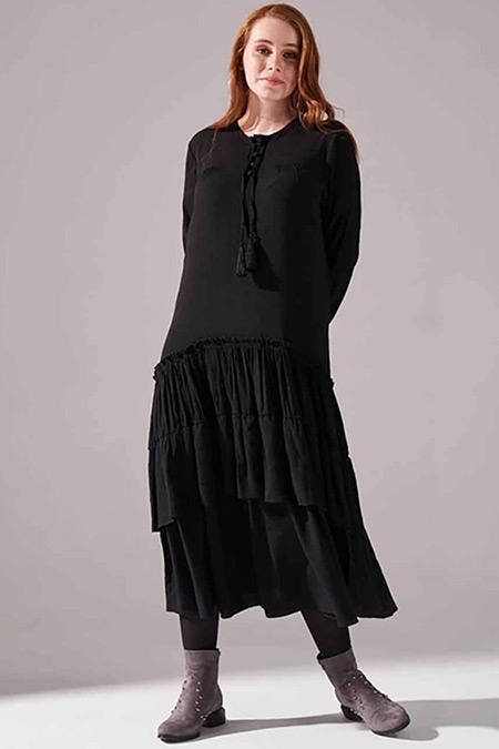 Mizalle Siyah Kolları Büzgülü Kat Detaylı Elbise