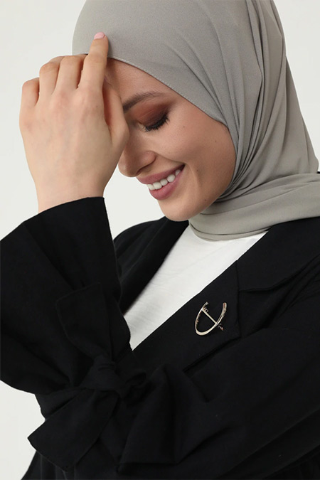 Refka Woman Siyah Doğal Kumaşlı Broş ve Kuşaklı Trençkot